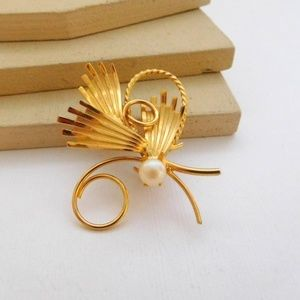 Jewelry - Vintage Modernist Pearl Gold Butterfly Brooch Pin